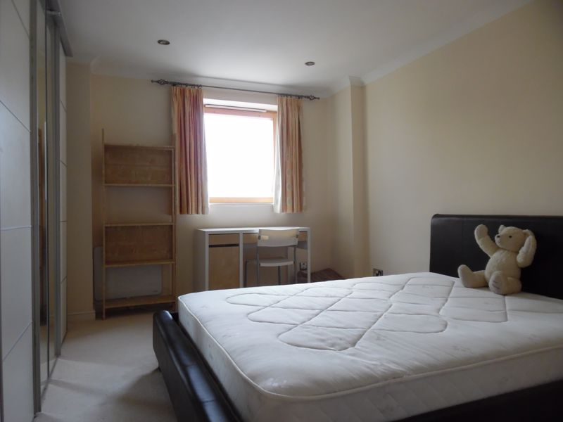 Double Bedroom to Rent in 3 Bed Flat Share - E14