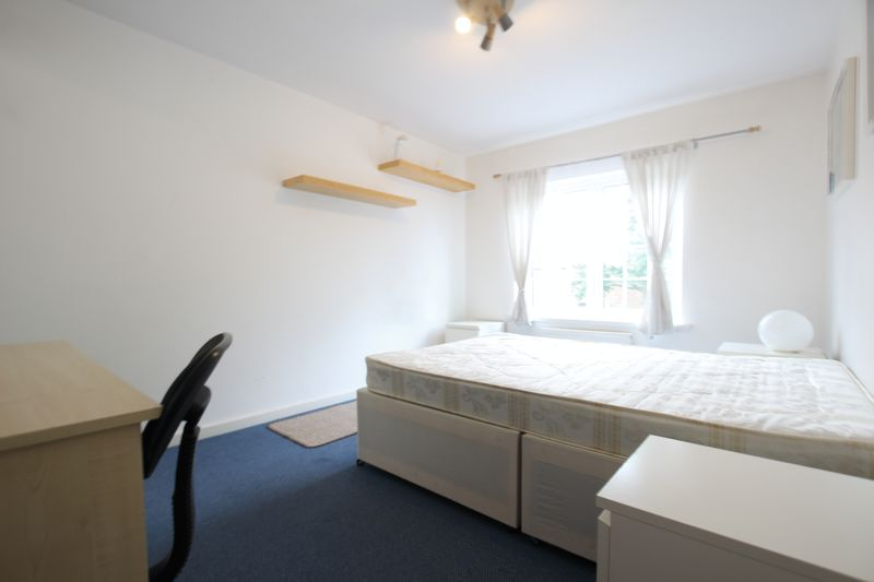 Large Double Room - Canada Water