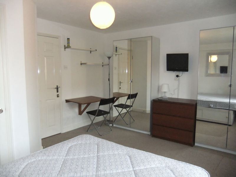EN-SUITE room to rent in 6 Bed House Share - E14