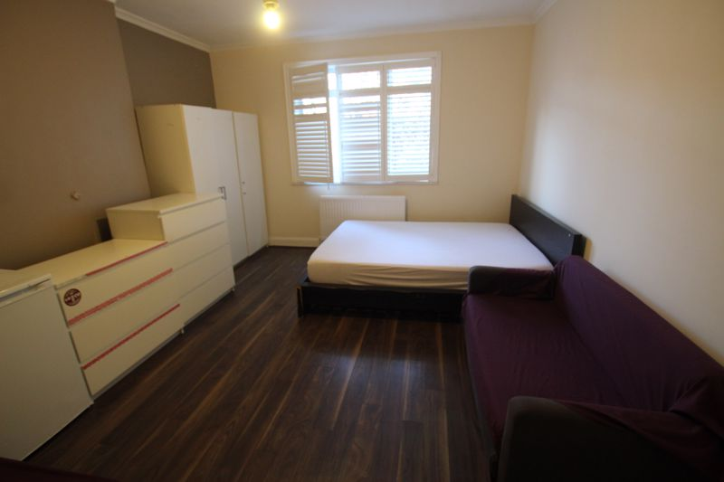 Double Room to Rent in Four Bed Flat Share - N4