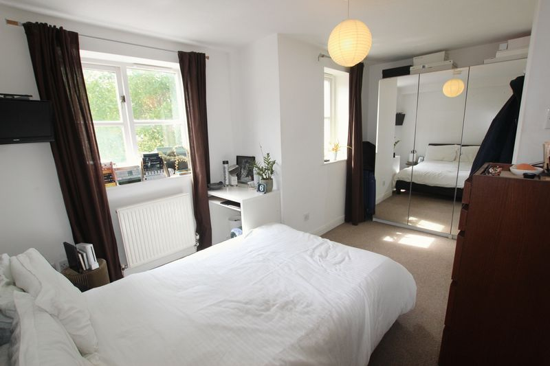 Double Room in E14- House Share