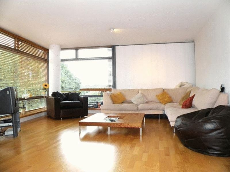 Beautiful En-suite room in a 3 bedroom flat overlooking the Houses of Parliament and River Thames!