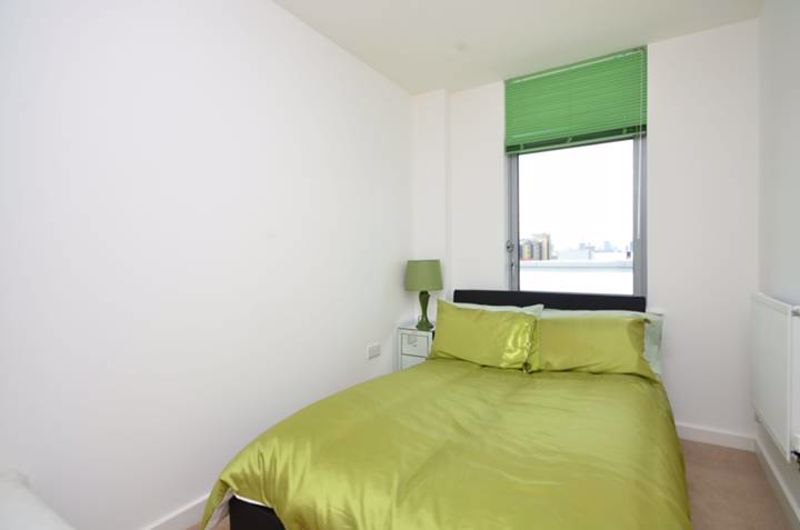 Double Room to Rent in 2 Bed Flat Share - E14
